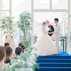アンジェローブ (Wedding Island Angerobe):自然光が射すガラスの空間、海のように青いバージンロード…。挙式もアフターセレモニーも開放感バツグン