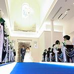EXEX SQUARE (旧 リュクスガーデン岐阜):ゲストと距離が近いアットホームな挙式。バージンロードやヌプシャルシート、祝福のシャワーまでふたり色に