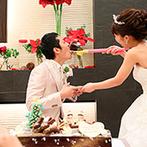 ラグナスイートNAGOYA ホテル&ウエディング:赤×緑のコーディネート&装花でクリスマスムードも最高潮。愛情たっぷりのファーストバイトにゲストも笑顔