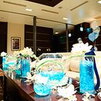 ラグナスイートNAGOYA ホテル&ウエディング:ふたりの憧れの地「ギリシャのミコノス島×リゾート」を装花や小物、ケーキで再現した個性あふれるパーティ