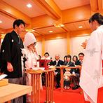 タカクラホテル福岡:ゲストの移動もスムーズなホテル常設の本格神殿で永遠の誓いを…。挙式前のひと時は家族や親族と和やかに