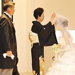 八芳園:両親にも参加してもらった心温まる挙式。牧師が贈ったメッセージや、清らかな聖歌隊の歌声に感動もひとしお