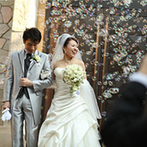 八芳園:300年間愛され続ける庭園に佇む石造りの独立型チャペル。挙式後は開放感いっぱいの祝福を受けた!