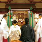 ベルクラシック神戸:情緒豊かな神殿で執り行われた厳粛な神前式。白無垢姿が引き立ち、憧れの「美しい日本の花嫁」に