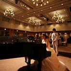HOTEL PLAZA KOBE(ホテルプラザ神戸):ドレスでのピアノ演奏を新郎に贈る新婦のサプライズや、ふたりの絆を結ぶ手紙もプランナーがサポート