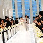MARRIVEIL THE SPIRE & HIDEAWAY:純白の空間で幻想的な表情を見せる、クリスタルの輝き。なごやかで温かい挙式の後は、大階段でサプライズ!