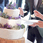 MARRIVEIL THE SPIRE & HIDEAWAY:ナチュラルテイストの装花やケーキも、温かな時間を演出。仲間たちの余興や果実酒ラウンドも楽しいひと時に