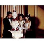 ホテルオークラ神戸:重厚な会場で気品漂うウエディングケーキをカット。優しいふたりは、両家両親にも幸せをおすそわけ