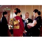 ホテルオークラ神戸:各卓写真やゲスト参加型の演出で、ゲストを楽しませる工夫を。プランナーの提案でわくわく感もプラス