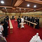 ホテルオークラ神戸:雅楽の生演奏が響き渡る館内神殿で、厳かな雰囲気の神前式。神主の親身なサポートで式は粛々と進行した