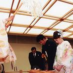 御宿 東鳳:親族の自己紹介で、挙式の雰囲気がガラリと変化。厳かに始まり、あたたかな祝福に包まれて締め括った神前式
