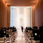 御宿 東鳳:やわらかな光が降り注ぐ神聖なチャペルでの挙式。アイテムや生演奏など一つひとつが宝物になる感動のひと時