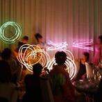 セント・ラファエロチャペル御堂筋:暗闇に輝く『ライトバトン』のパフォーマンスで花火に点火!華やかなショータイムに、ゲストから驚きの声が