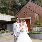 ウェスティン都ホテル京都:ふたりが出会った街、京都。陽光がさしこみ、まるで森の中にあるような三角屋根のチャペルに一目惚れ!