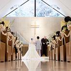 ウェスティン都ホテル京都:緑に囲まれたチャペルでの挙式。純白のバージンロードが誓いのシーンを映し、ドレスがドラマチックに映えた