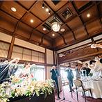 FUNATSURU KYOTO (国登録有形文化財):歴史ある建造物で、祖父と縁のある樽酒を開いて乾杯。会場が誇る美食のフレンチと新郎の故郷の名物がコラボ