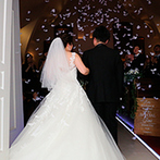 Wedding World ARCADIA SAGA(ウェディングワールド・アルカディア佐賀):美しい光と重厚なパイプオルガンの音色が心を震わせる挙式。天使の羽根が舞うロマンチックなシーンも