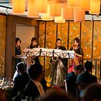 EXEX GARDEN 代官屋敷 since 1865:和洋の魅力をあわせ持つ、オリエンタルなデザインの披露宴会場。新郎&仲間のサックス演奏が心地よく響いた