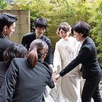 響 風庭 赤坂(HIBIKI):情緒あふれる日本庭園を望む、春のテラスで人前式。桜チップの証明書や折鶴シャワーなど、和の演出も映えた