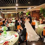 BALCONY RESTAURANT&BAR(バルコニー レストランアンドバー):装花やアイテムはグリーンを多めに、ナチュラルな雰囲気を演出。彩り豊かな美食にゲストも舌鼓を打った