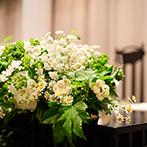 麗風 つくば シーズンズテラス:ガーデンに隣接した開放的な空間をナチュラルな装花で飾り付け。地元食材を使ったオリジナルコースを堪能