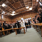 GARDEN RESTAURANT TOKUGAWAEN(ガーデンレストラン徳川園):白無垢&紋付袴に身を包み、花嫁行列で片山八幡神社へ。友人にもたくさん参列してもらい、心に残る神前式に