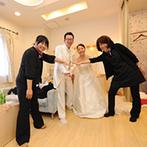 BELLE AGE(ベル・アージュ):スタッフ全員と一丸となって作り上げた結婚式。本番前は、緊張をほぐすために円陣を組んで気合を注入!