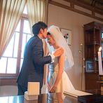 PAVILION COURT(パビリオンコート):純白のドレスが映えるブラウンを基調としたクラシカルな空間。ふたりらしく誓ったゲスト参加型のセレモニー