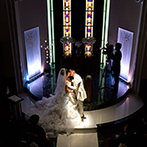 Di・grado・Dolce津(ディ・グラード・ドルチェ ツ)(旧 津平安閣):純白のドレスとチャペルに映えるカラフルなスターシャワーで祝福。幸せを分かち合うロマンチックな時間