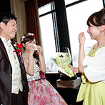 ホテルモントレ グラスミア大阪:ふたりはもちろん、両親もこだわっていたおもてなしの料理。ピアノの生演奏をしてくれた親友へ、花束贈呈も
