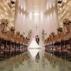 AILES FORTUNA(エール・フォルトゥーナ):ガラス張りのバージンロードに導かれて誓いの舞台へ。光と影が織りなす神秘的な空間で温かなセレモニー