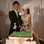 如水会館:ふたりの趣味のセパタクローをモチーフにしたケーキは素晴らしい仕上がり。せっかくなので会場入口で披露