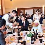 リアン トゥール:ビールサーブやポーズ撮影でのテーブルラウンド。ゲストに感謝を伝え、幸せを分かち合った至福のひととき
