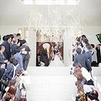 リアン トゥール:花嫁が憧れ続けた、青空が似合う真っ白な大階段。車や電車で遠方ゲストがアクセスしやすいことも魅力