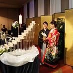 ヒルトン大阪:木目調と白いレザータッチの壁がお洒落な会場で、美味しい料理や豪華なケーキを囲んで和やかなパーティ