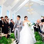 赤坂 アプローズスクエア迎賓館:グリーンやキャンドルが純白の空間を引き立てるチャペル。ゲストと近い距離でのセレモニーは和やかなムード