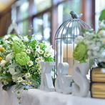 アートグレイスクラブ 白金:小花やグリーン、鳥かごをあしらった自然体の装花アレンジで、イメージ通りのナチュラルなパーティ空間に