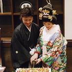川原町倶楽部 ラ・ルーナ ピエーナ (本館・別邸):和装でのウエディングケーキ入刀は刀を使って一味違った演出に。参加型のドレスの色当てクイズも好評