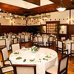 クオーリ クオーリ:アースカラーが似合う自然な風合いの空間をふたりらしく装飾。オープンキッチンからの出来立て料理も大好評