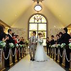モルトン迎賓館 青森:トレーンの長いお気に入りのドレスを着てのセレモニー。挙式後は愛車とゲストと一緒に満足の記念撮影も!
