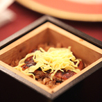 柳川藩主立花邸 御花 since1738:上質な雰囲気が漂う空間で、極上の料理がゲストの笑顔を誘う。シェフが考案した特別料理も好評だった