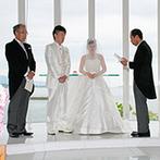 琵琶湖ホテル:祭壇の奥に湖が広がる、非日常の空間で誓った永遠の愛…。父からふたりへの問いかけで温かなムードとなった