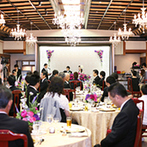 KAWACHIYA:和風建築の大広間にシャンデリアが輝く優雅な空間。見た目にも美しいおいしい料理にゲストの会話も弾んだ