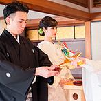 KAWACHIYA:木々の緑に囲まれた建物内にある、畳敷きの挙式会場。厳かに誓いをたてた後は、折鶴シャワーの盛大な祝福も