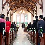 KAWACHIYA:豊かさと繁栄の象徴として受け継がれてきた蔵のチャペル。ステンドグラスからの眩い光も誓いを見届けた