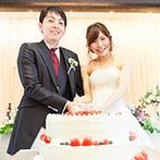 KAWACHIYA:伝統的な和の意匠&洋のアレンジが心地よく融合した披露宴会場。ケーキ入刀後は愛情満載のファーストバイト