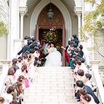 セントグレース大聖堂 the Garden:愛情いっぱいの「いってらっしゃい」が心に響く感動挙式。青空の下、大階段で祝福のフラワーシャワーも