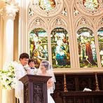 セントグレース大聖堂 the Garden:ステンドグラスの荘厳な輝きに包まれる、ゴシック様式の大聖堂。子どもをまじえた誓いのシーンも和やかに