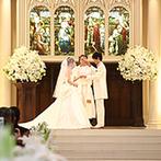 セントグレース大聖堂 the Garden by NEXT WEDDING:ステンドグラスの光を受けて永遠の愛を誓い、親への感謝を伝える教会式。アフターセレモニーも開放感抜群