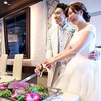 ラグナスイート新横浜 ホテル&ウエディング:ラグジュアリーな空間を装花やアイテムでお洒落に飾り付け。ふたりの記念日にちなんでローストビーフ入刀!